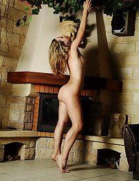 Uber-sexy mart honey Natashka posing at eradicate affect provinces mansion near eradicate affect fireplace